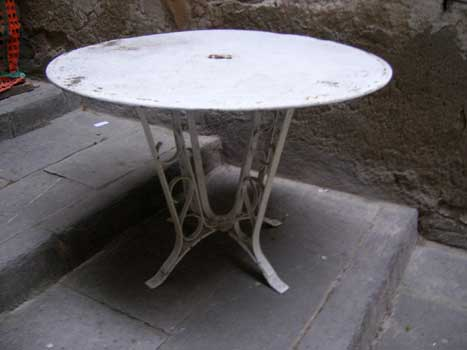 Round table, with white legs