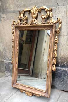 Golden mirror, with decoration in wood